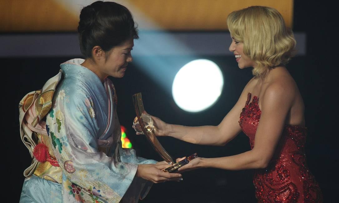 Entre as mulheres o prêmio de melhor de 2011 ficou com a japonesa Homare Sawa, campeã do mundo com sua seleção. Ela recebeu a homenagem das mãos da cantora Shakira FABRICE COFFRINI / AFP