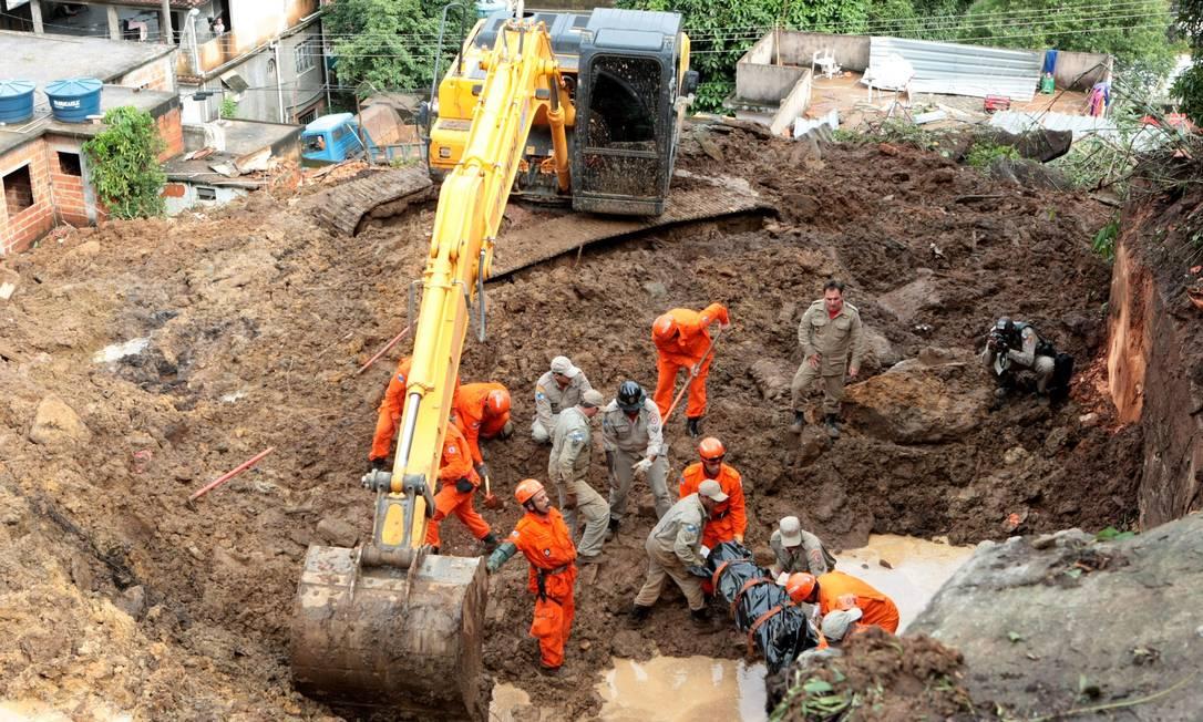 Subiu para 12 o número de mortos no deslizamento de terra que atingiu nove casas na localidade de Jamapará, distrito de Sapucaia, no Centro-Sul Fluminense O Globo / Marcelo Piu