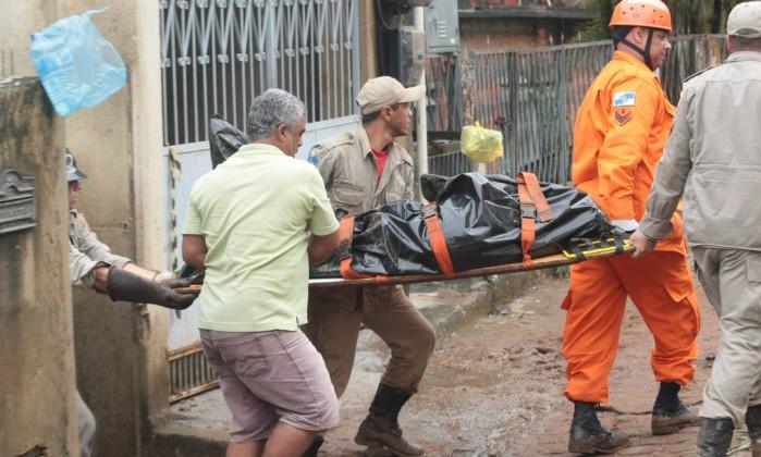 Só na manhã desta terça-feira foram encontradas mais quatro vítimas do desabamento. Segundo o Corpo de Bombeiros, ainda há mais pessoas desaparecidas O Globo / Marcelo Piu
