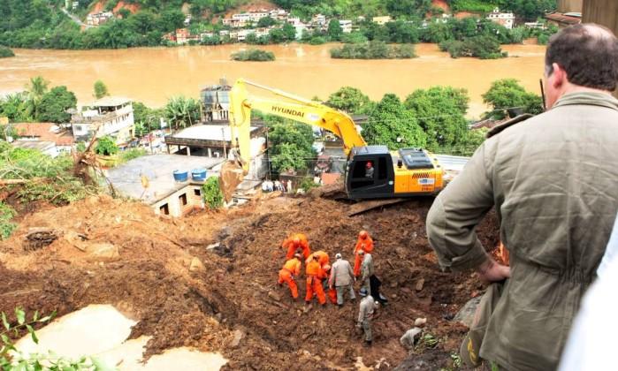 O trabalho de resgate recomeçou no início da manhã com duas retroescavadeiras e o auxílio de cães farejadores O Globo / Marcelo Piu