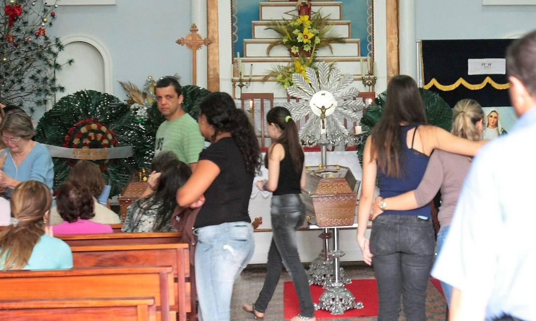 Na manhã desta terça, estão sendo velados, na Igreja de Nossa Senhora do Santana, os corpos do casal Antônio Gomes da Cunha, de 49 anos, Solange Carvalho da Cunha, de 48 anos, e de Thiago Carvalho, de 19 anos, filho do casal Marcelo Piu / O Globo