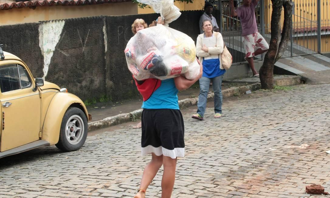 O Comandante do Exército e Ministro da Defesa interino, Enzo Martins Peri, e o Secretário Nacional de Defesa Civil, Humberto Vianna, se reuniram com o prefeito de Sapucaia, Anderson Zanon, para saberem as necessidades do distrito. Segundo Zanon, por enquanto, o mais urgente são cestas básicas para os desalojados Marcelo Piu / O Globo