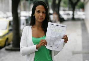 Bianca Peixoto com sua redação do Enem: briga judicial para mudar a nota Foto: Eduardo Naddar
