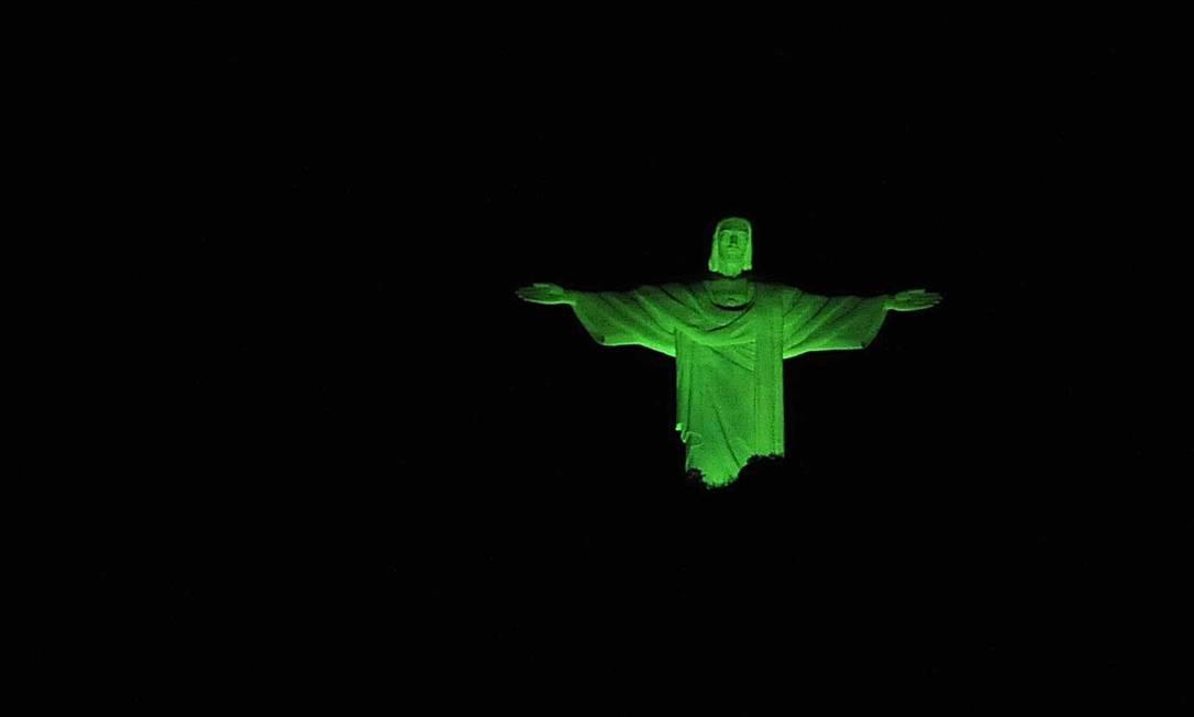 Cristo Redentor iluminado de verde, em junho de 2011, na contagem regressiva para a Conferência das Nações Unidas para o Desenvolvimento Sustentável, a Rio+20, que será realizada em junho de 2012. Foto: Divulgação/Prefeitura/J. P. Engelbrecht/3-6-2011