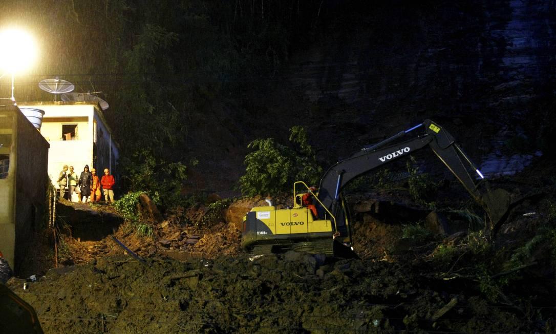 As buscas nesta terça-feira por cerca pelas pessoas que ainda estão soterradas em Jamapará, distrito de Sapucaia, no Médio Paraíba, foram suspensas à noite devido às chuvas Pablo Jacob / O Globo
