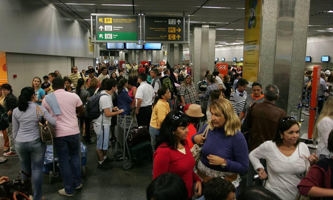 Atraso nos voos aumenta o fluxo de passageiros no aeroporto Gale‹ão Foto: Eduardo Naddar / Agência O Globo