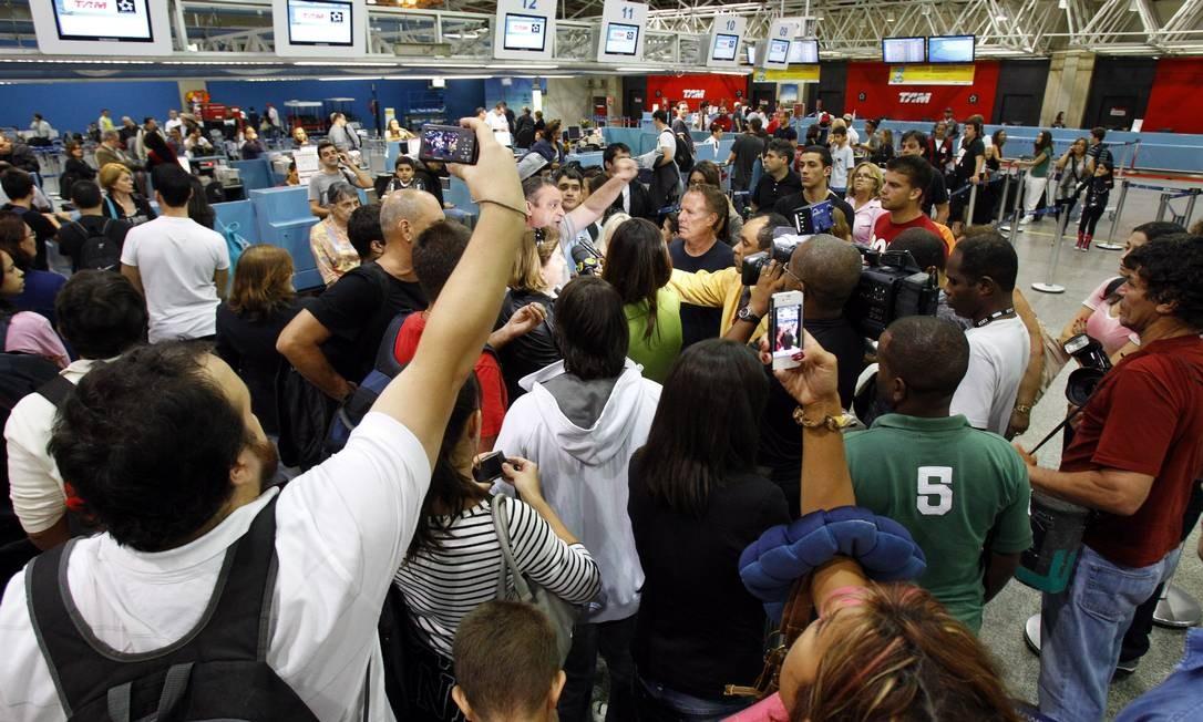 Cancelamento de voo da TAM para Nova York deixa passageiros revoltados no Aeroporto do Tom Jobim. O vôo inicialmente marcado para 23h05 foi remarcado para as 11h Foto: Fernando Quevedo / Agência O Globo