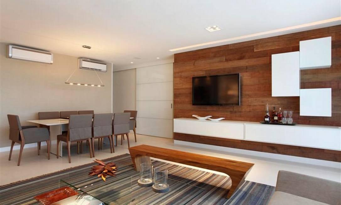 Sala De Star Com Tv ~ Na sala de estar e jantar, painel e banco de madeira aquecem o