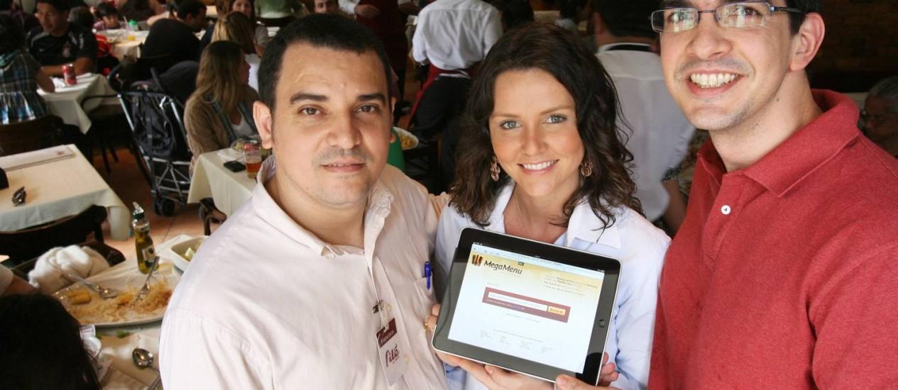 FERNANDO MONTEIRO (à direita), criador do Megamenu, com Bruna Neves, consultora do site, e Francisco Valdélio, gerente do Filé do Lira, no Leblon: um novo serviço Foto: Laura Marques
