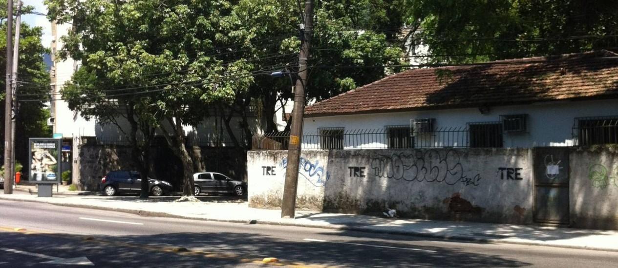 Poste inclinado em frente ao Tribunal Regional Eleitoral ameaça pedestres no Jardim Botânico Foto: Foto do leitor Paco Torras