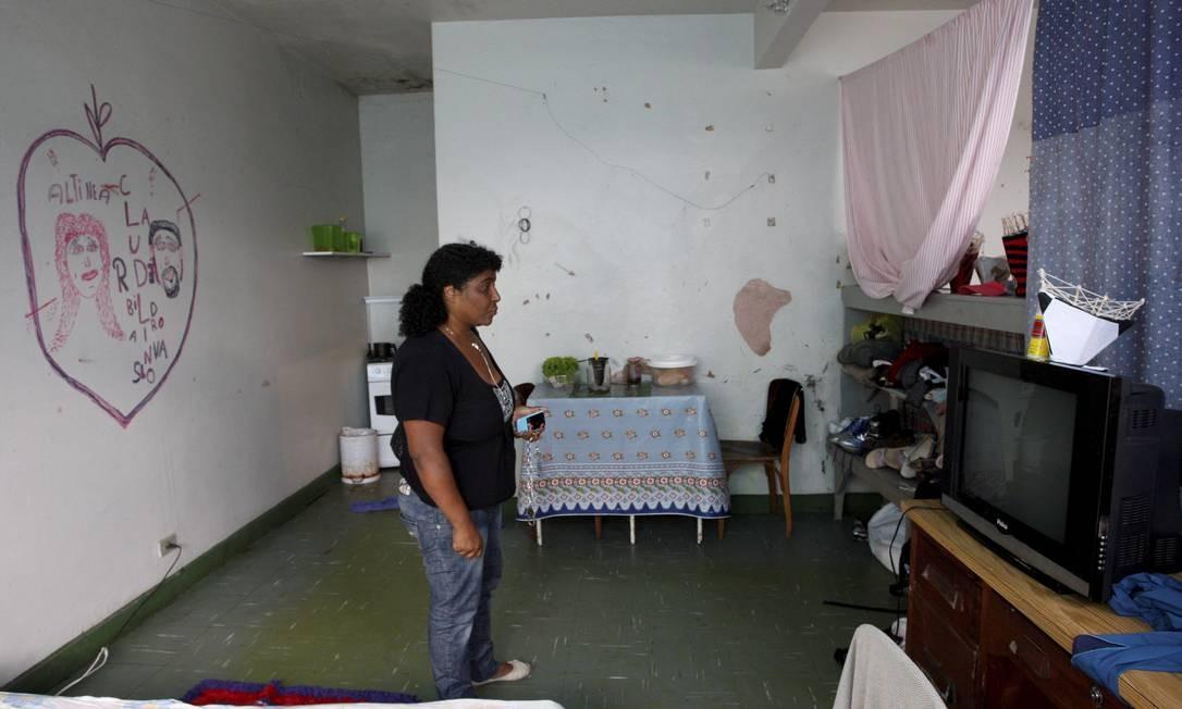 Apesar de receber aluguel social, Altineia e sua família estão há um ano no abrigo que funciona no Posto de Saúde de Friburgo Foto: Marcos Tristão / O Globo