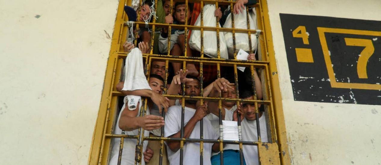 Relação entre o número de presos e de assassinatos divide especialistas . Na foto, presos num centro de detenção em Osasco (SP) Foto: Esmar Filho / CNJ