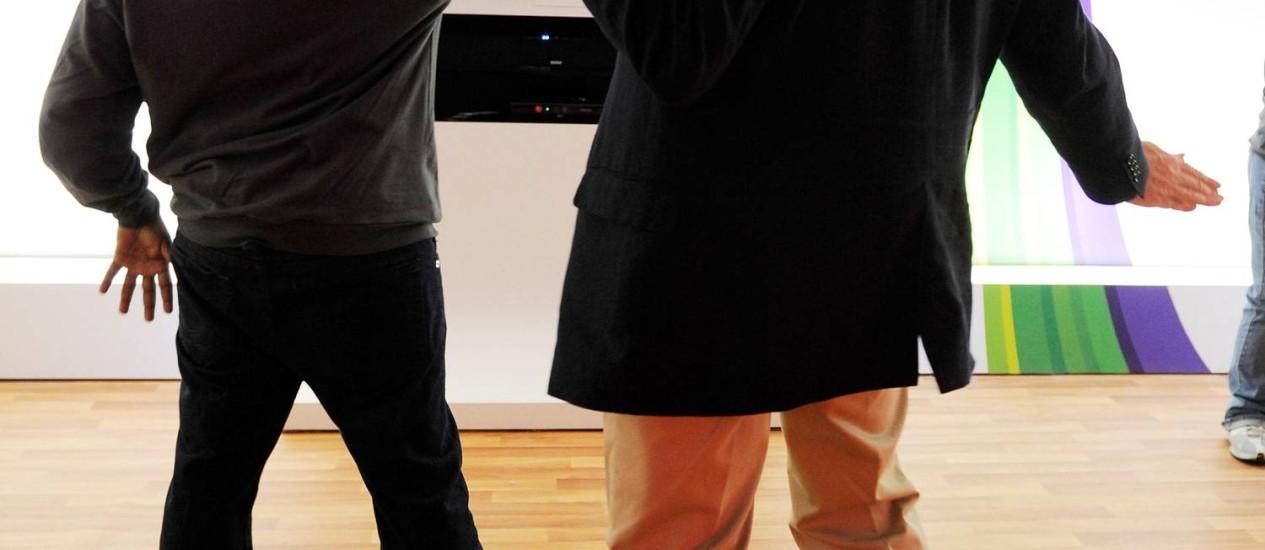 Representantes da Microsoft fazem uma demostração do Kinect, sistema de reconhecimento de movimentos do Xbox: vício em games está sendo estudado por pesquisadores Foto: AFP