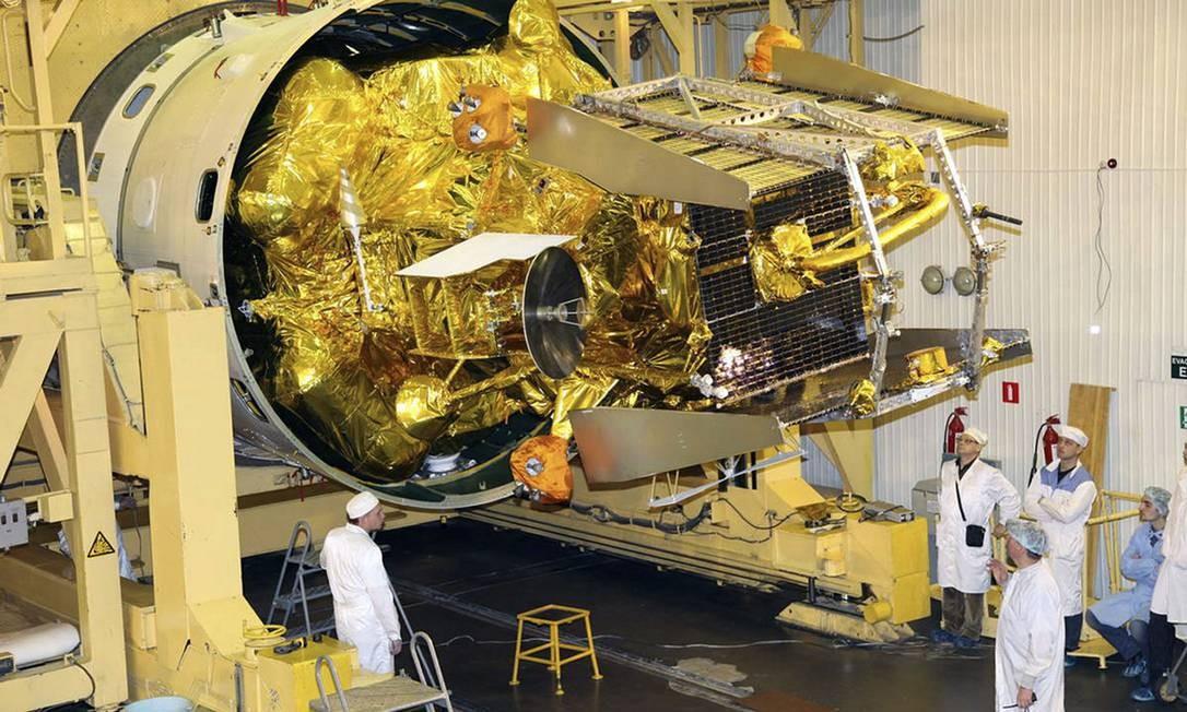 A sonda russa Phobos-Grunt é observada por técnicos quando ainda estava sendo preparada para o lançamento de novembro: queda iminente Foto: AP