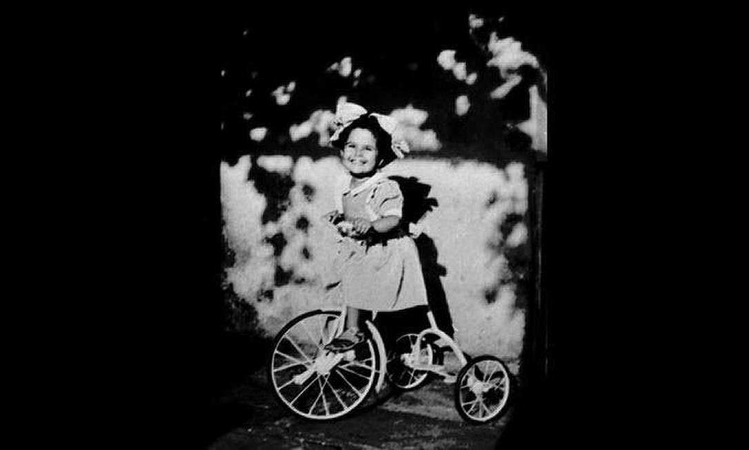 Nos 30 anos de sua morte, Elis Regina vira tema de exposição com fotos raras como esta, em que a cantora aparece brincando em Porto Alegre na infância Foto: Divulgação