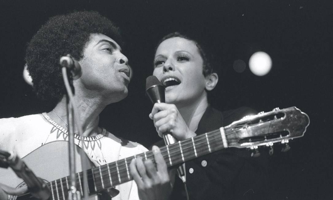 Em 1973, ao lado do amigo Gilberto Gil, um dos compositores que mais gravou Foto: Antônio Carlos / Agência O Globo