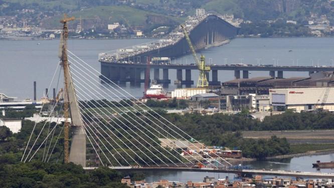 Com a Rio-Niterói ao fundo, a Ponte do Saber está praticamente concluída Foto: Marcos Tristão / O Globo