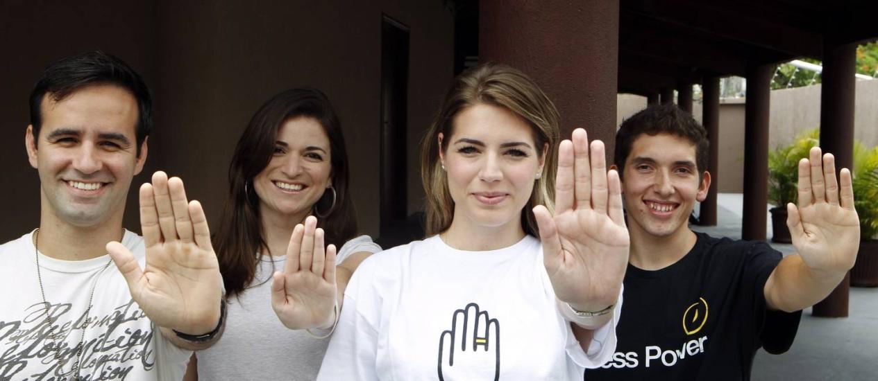 """Jovens do movimento """"Eu escolhi esperar"""": eles usam pulseiras coloridas para marcar sua posição Foto: Gustavo Stephan / O Globo"""