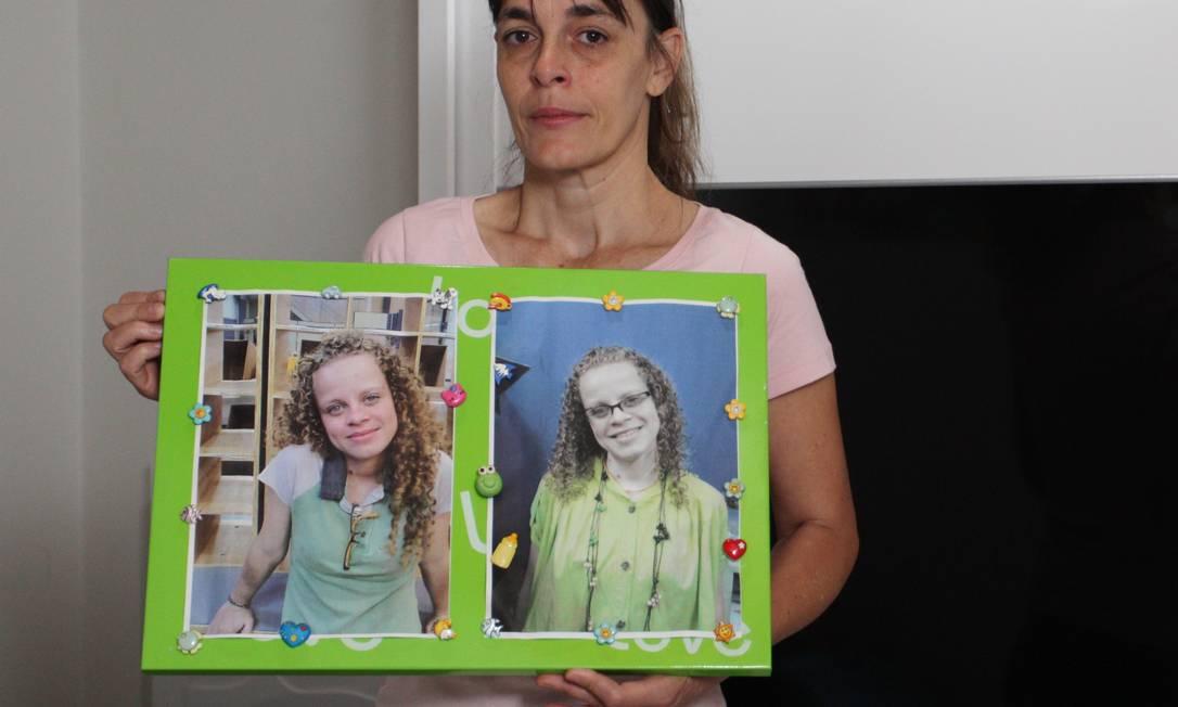 Sandra Moreno mostra foto da filha, Ana Paula, desaparecida em 2009: quarto preservado Foto: Michel Filho / Agência O Globo