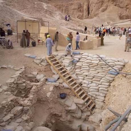 Arqueólogos trabalham no Vale dos Reis, no Egito Foto: AP/9-2-2006