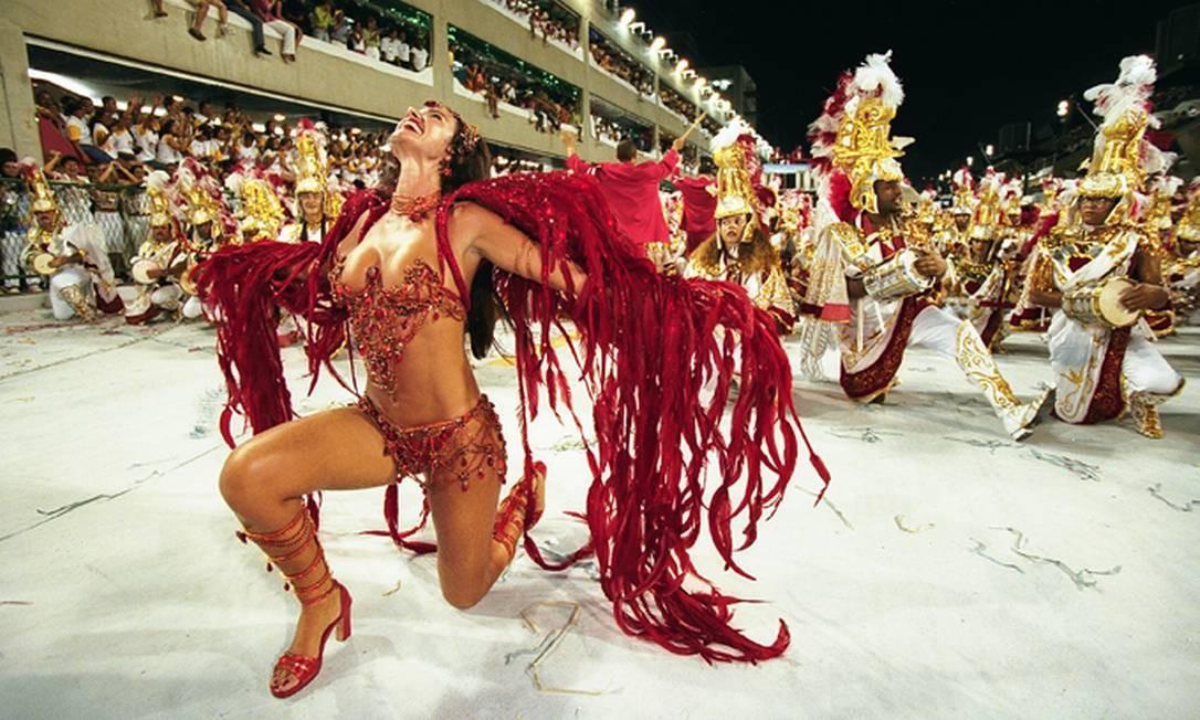 Em 2001, na Viradouro, Luma de Oliveira à frente da bateria Foto: Marizilda Cruppe / Agência O Globo