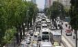 Trânsito parado na Avenida Presidente Vargas, no sentido Candelária, no início da tarde desta terça-feira. Reflexos da manifestação de vans no Centro do Rio