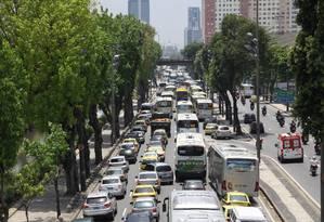 Trânsito parado na Avenida Presidente Vargas, no sentido Candelária, no início da tarde desta terça-feira. Reflexos da manifestação de vans no Centro do Rio Foto: Paulo Nicolella / O Globo