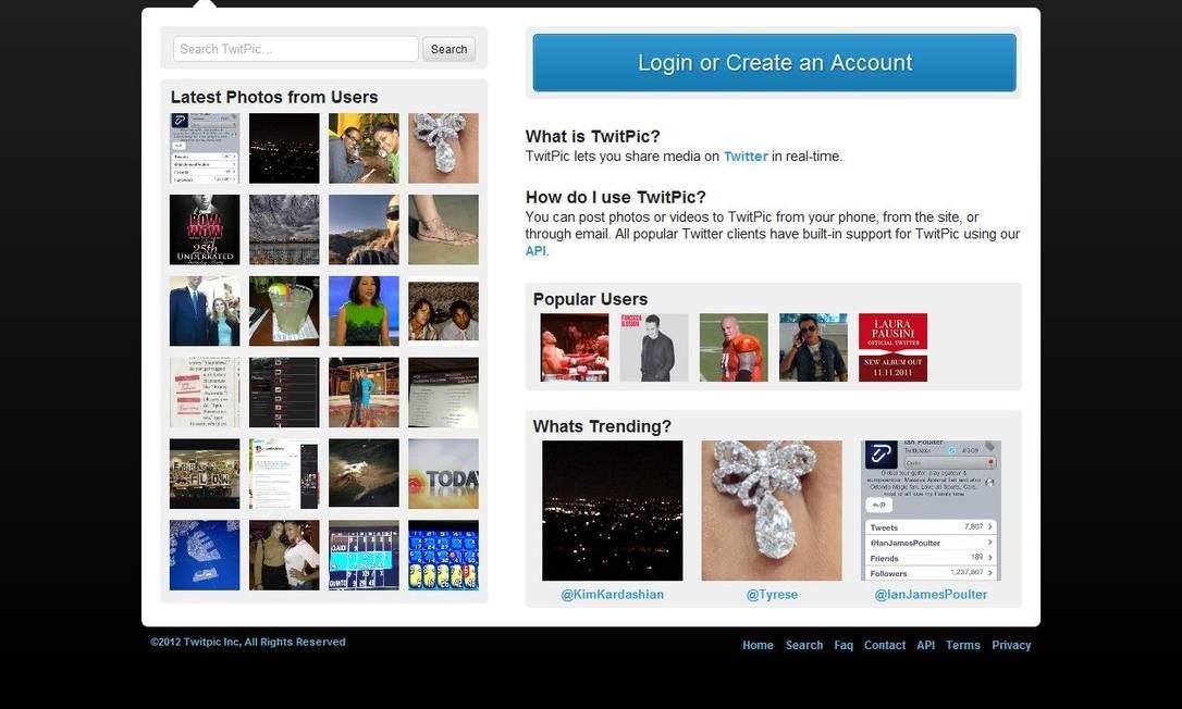 """O Twitter não aderiu mas a ferramenta TwitPic, que publica fotos no microblog, amanheceu com fundo preto e pede """"Stop Censorchip"""" Reprodução"""