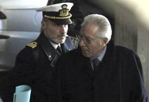 O comandante Gregorio De Falco (esq): vida dividida entre a Capitania dos Portos e a família Foto: AP