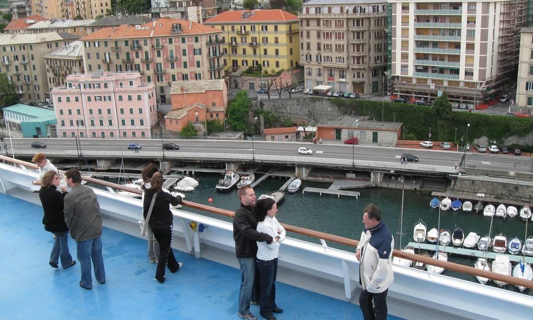 O Costa Concordia, no porto de Gênova, em viagem feita em 2009: passageiros observam a partida do deque do navio Foto: Ana Lúcia Borges/17-6-2009 / O Globo