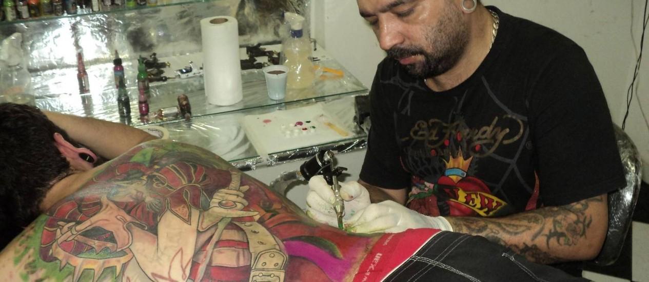 O Tatuador Edinho Tattoo, ganhador de 35 prêmios na área estará no evento Foto: Divulgação