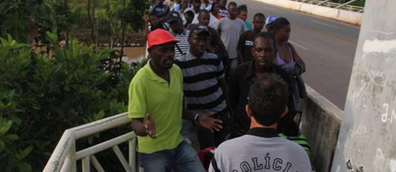 Haitianos são barrados pela PF ao tentar entrar no Brasil Foto: Alexandre Lima / O Globo