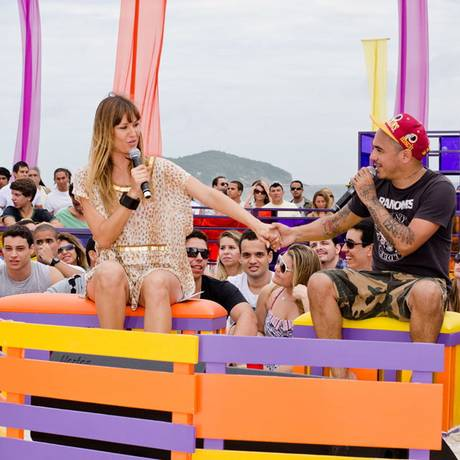 Ellen Jabour recebe Marcelo D2 no 'Luau MTV' Foto: MTV/ Raphael Medeiros
