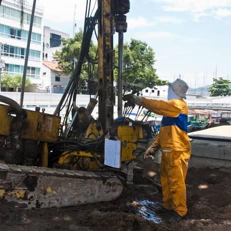 Operário trabalha na técnica de jet grouting na Urca, para corrigir deformações no solo Foto: Divulgação/ AF Rodrigues