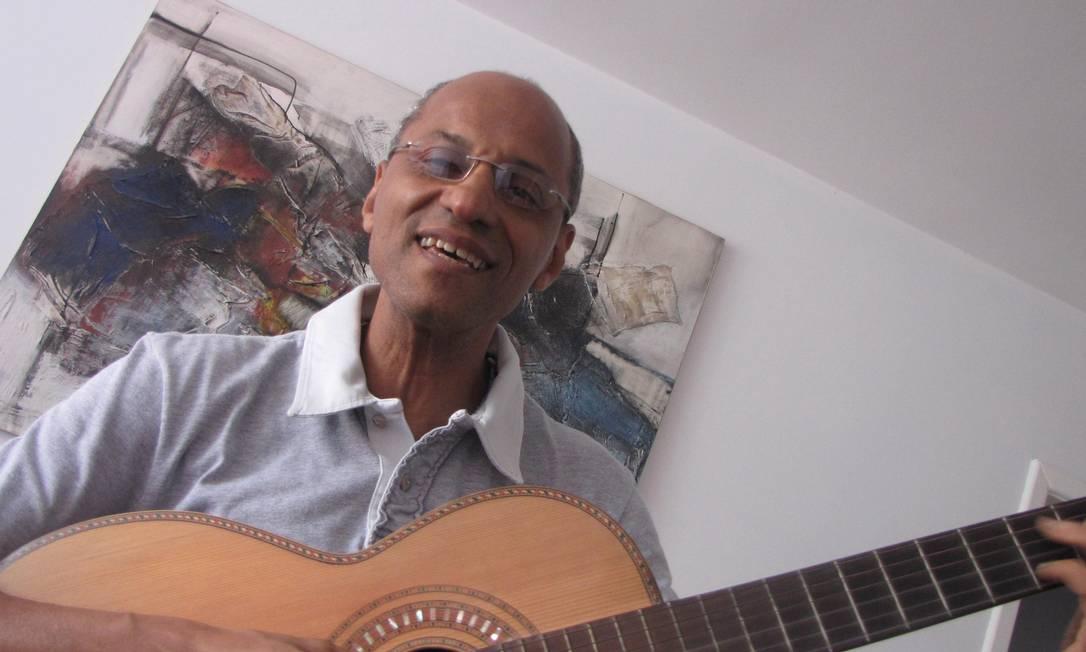 No apartamento onde vive há 17 anos, em Laranjeiras, Cláudio Jorge empunha o instrumento mais que centenário que pertenceu a seu avô e ensinou música a seu pai, sua mãe e seu filho. Foto: Agência O Globo / Arnaldo Bloch