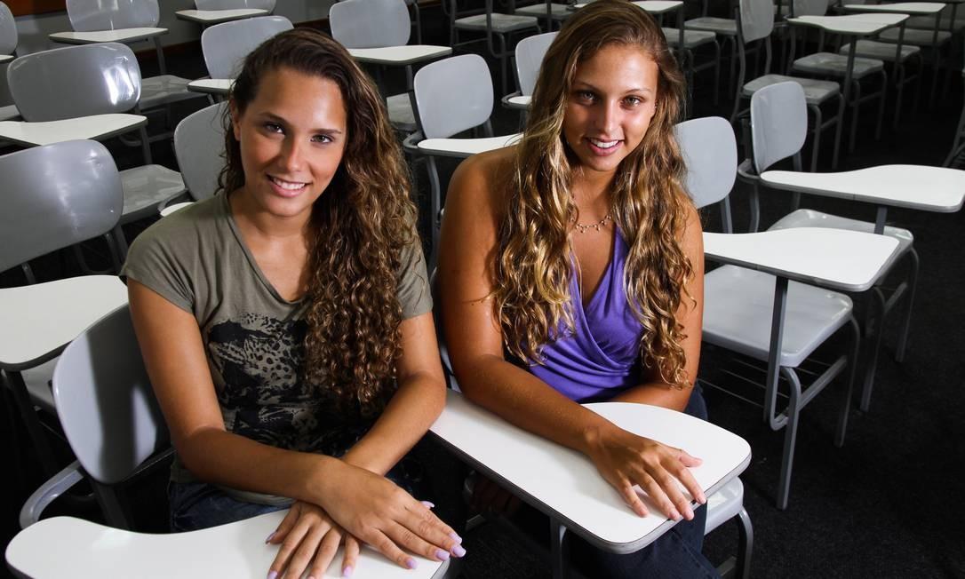 As amigas Vanessa Prevedello e Anna Carolina Sermarini discordam da escolha da UFRJ de não divulgar agora o destino das vagas para o segundo semestre Foto: Paula Giolito / Paula Giolito