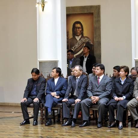 O presidente boliviano Evo Morales apresenta seus novos ministros, sentados à direita Foto: AFP