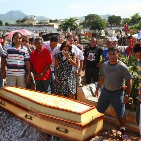 Familiares e amigos ficam emocionados durante enterro do porteiro atropelado no Recreio na sexta-feira Foto: Guilherme Pinto / Extra / O Globo