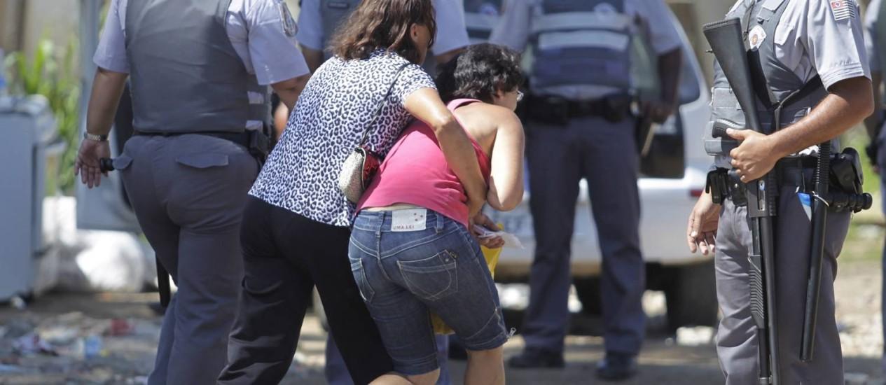 Moradores se assustam com a ação da PM em Pinheirinho Foto: Marcos Alves / O Globo