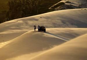O programa principal em Canoa Quebrada, como em quase todo o Ceará, é o passeio de buggy. O carro leva até o alto das dunas, ponto perfeito para assistir a um lindo pôr do sol Foto: Custodio Coimbra / O Globo