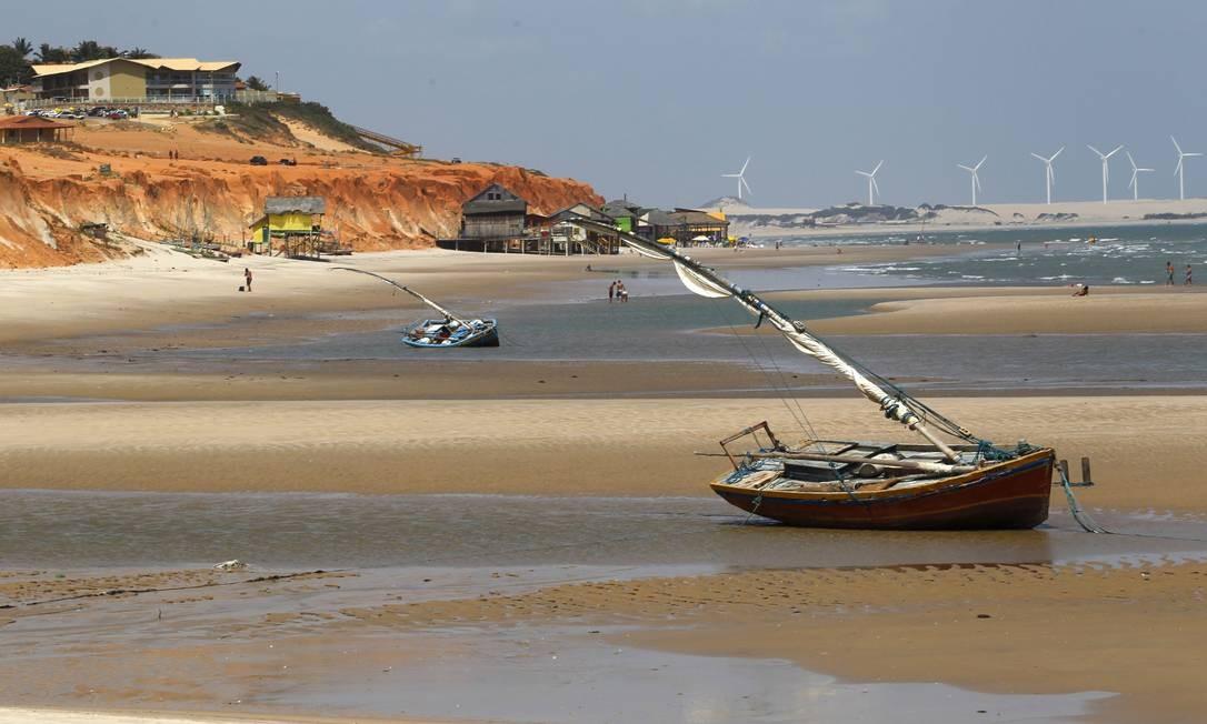 Passeio de barco no encontro do rio Jaguaribe com o mar Foto: Custodio Coimbra / O Globo