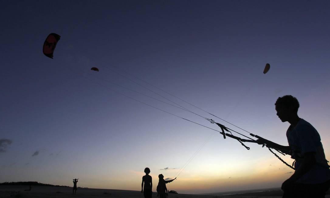 Os ventos de Canoa Quebrada também tornam a praia propícia para o kitesurfe Foto: Custodio Coimbra / O Globo