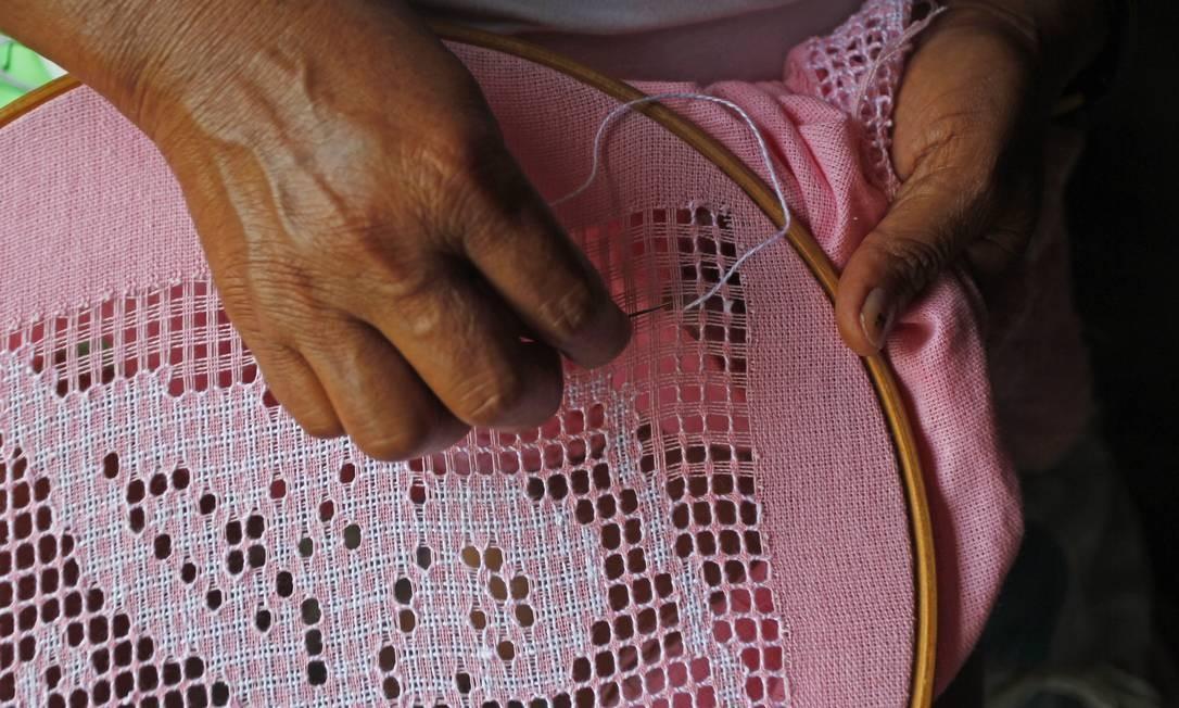 Rendeira faz seu delicado trabalho em Canoa Quebrada: artesanato faz parte do turismo local Foto: Custodio Coimbra / O Globo