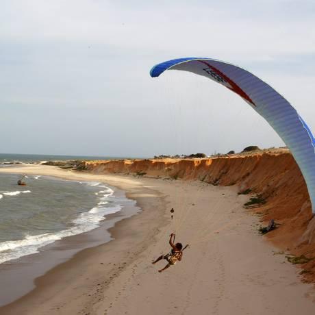 Voo de parapente sobre as falésias de Canoa Quebrada, no Ceará. Nordeste é o destino preferido dos brasileiros em viagens domésticas Foto: Custodio Coimbra / O Globo