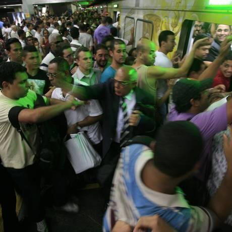 Porta de trem do metrô trava e provoca confusão na Estação Central Foto: Rafael Andrade / O Globo