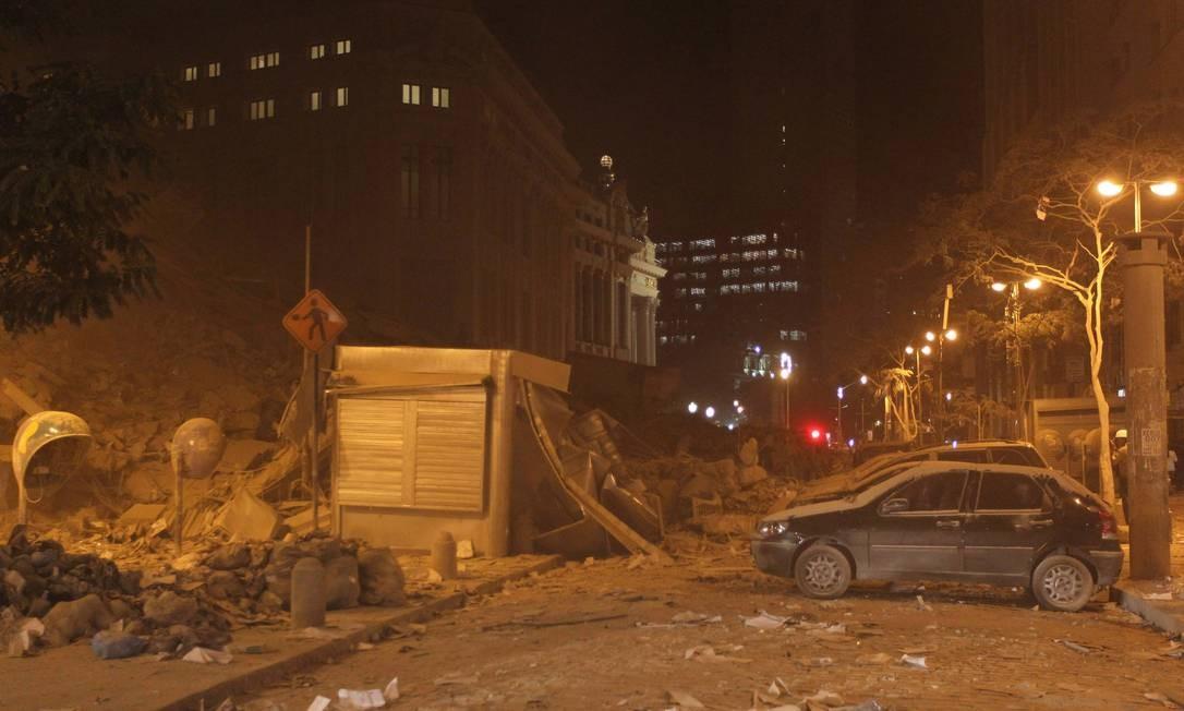 Prédio desaba na Avenida Treze de Maio e causa cenário de guerra no Centro Foto: Marcelo Piu / O Globo