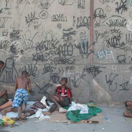 Viciados em crack na entrada da Favela do Jacarezinho, na Avenida Dom Hélder Câmara Foto: Hudson Pontes / O Globo