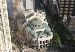 Foto aérea do Theatro Municipal e, ao fundo, o local onde três prédios desabaram na noite de quarta-feira Foto: Carlos Ivan / O Globo