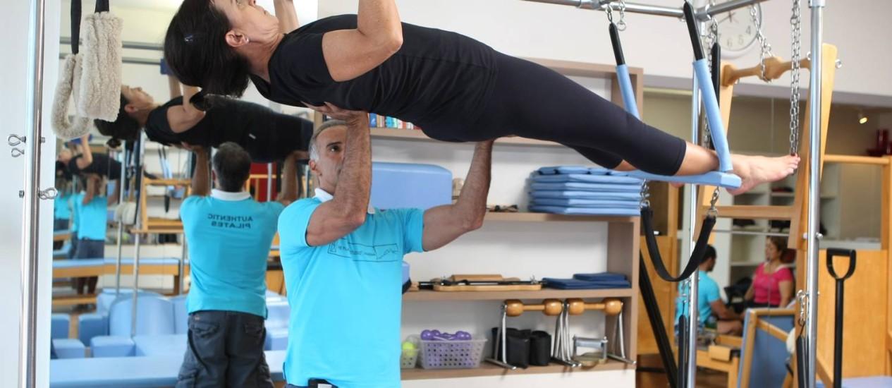 MARIA CECILIA Vaz, que tem hérnia de disco, é orientada pelo professor Júnior Carvalho, no The Pilates Studio: desde que começou os exercícios, ela não sente mais dores Foto: Carlos Ivan