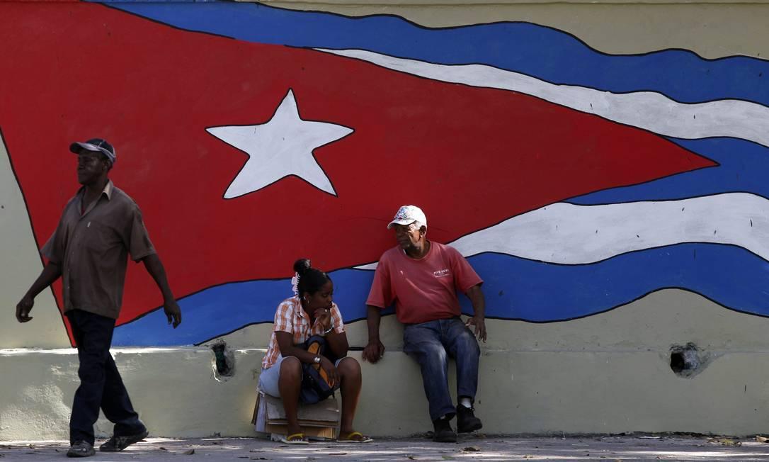 Bandeira de Cuba em muro de Havana Reuters